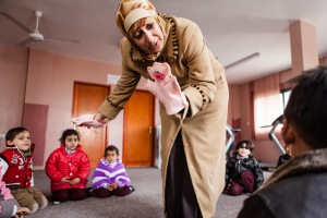 Puppets are used as a therapeutic technique in UNRWA schools for children terrified by the sound of bombs and coping with the shock of loosing relatives. Source: desde-palestina.blogspot.com/